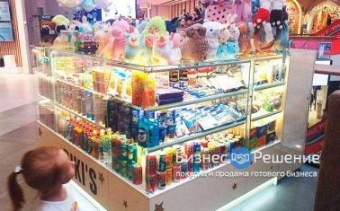 Островок по продаже игрушек и сладостей в ТЦ