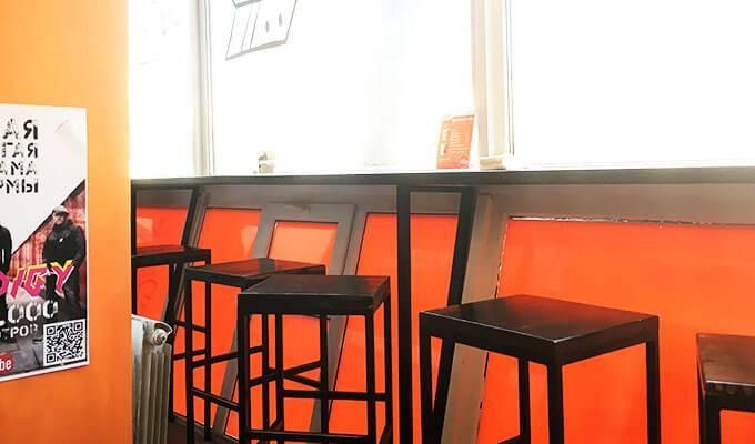 Стритфуд-кафе на оживленной улице