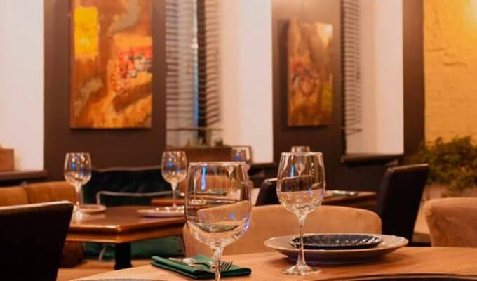 Уютный ресторан с летней верандой